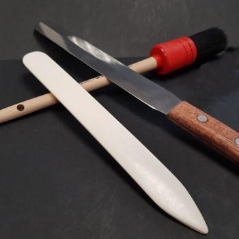 Couteau, pinceau, plioir, ciseaux, règle